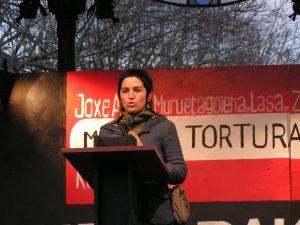 01-Nekane-Txapartegi-spricht-auf-einer-Demonstration-gegen-Folter-2006-in-Donostia-San-Sebastian